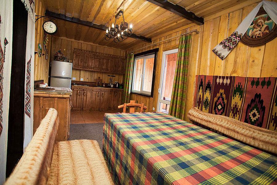 fa5c0988b74e На другому поверсі — двомісна кімната (двоспальне ліжко, вішалка для  одягу)  чотиримісна кімната (2 двоспальні ліжка, вішалка для одягу).